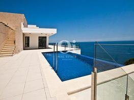 Vista de la piscina desbordante con vistas al mar en lujosa casa en venta en la costa brava - Casa en venta en calle Sa Nau Perduda, Begur - 180175704