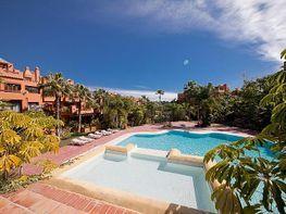 Bajo en alquiler en urbanización Alzambra, Nueva Andalucía-Centro en Marbella - 387594422
