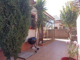Zona exterior, terraza cerrada, zona de jardin toda embaldosada - Casa en venta en calle Josep Clara, Vilafortuny en Cambrils - 414796336