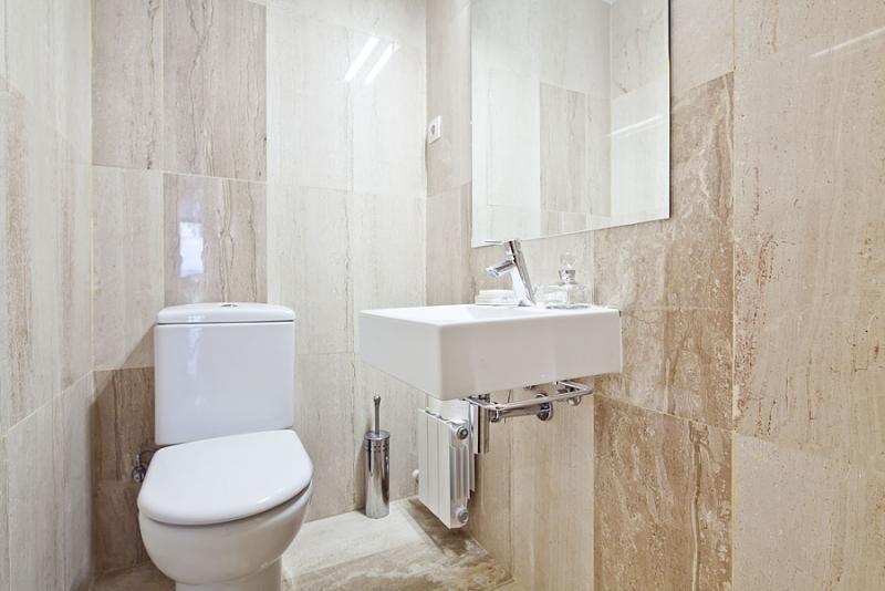 Baño - Dúplex en alquiler de temporada en calle Prats de Mollo, Sant Gervasi – Galvany en Barcelona - 84234528