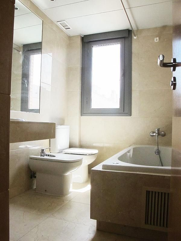 Piso en alquiler en calle Isabel Clara Eugenia, Sanchinarro en Madrid - 272261696
